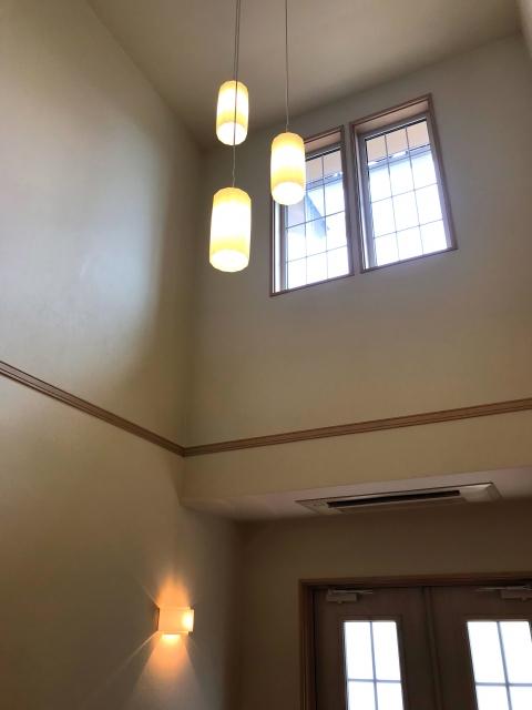 玄関、リビング吹き抜けの照明はどうする?吹き抜けの暑さ、寒さ対策は窓、カーテンでできる?