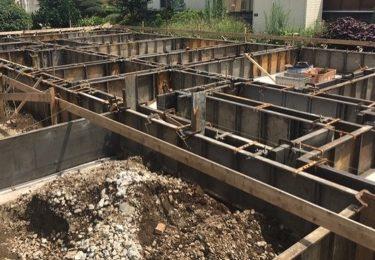 梅雨の基礎工事の立ち上がり型枠の組み立て